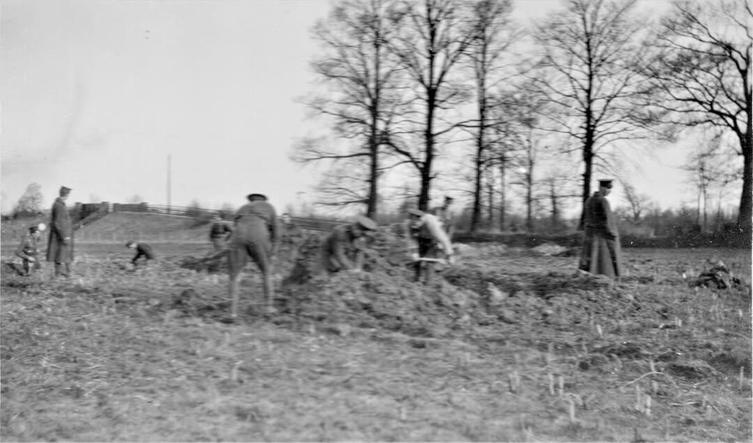 5.-1915-January-Digging-Gun-Pits
